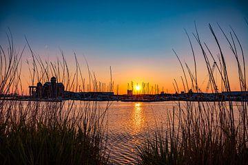 het kleurenspel in een zonsondergang van Mike Bot PhotographS