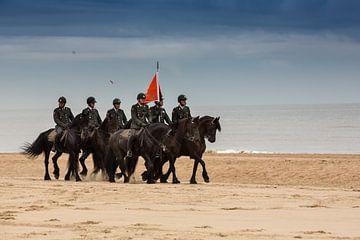 Cavalerie paarden op strand van Monique Hassink