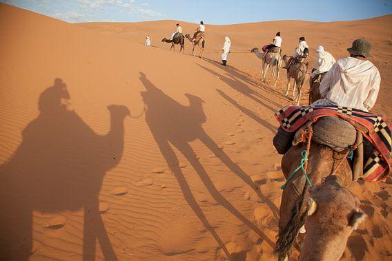 Een kamelentocht door de Sahara in Merzouga, Marokko van Bart van Eijden