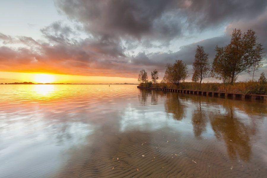 Zonsondergang bij het Schildmeer in Groningen van Ron Buist