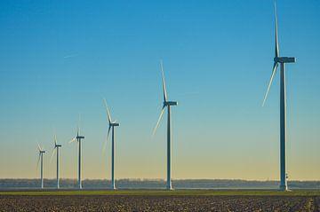 Moderne windmolens aan de horizon