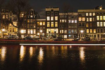 Rode lichtstreep langs de Nieuwe Herengracht in Amsterdam tijdens het Amsterdam Light Festival van Michiel Dros