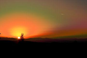Zonsondergang boven de bergen van Assia Hiemstra