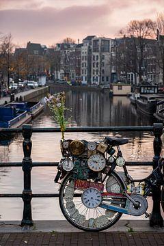 Fiets met klokken op de Amsterdamse grachten