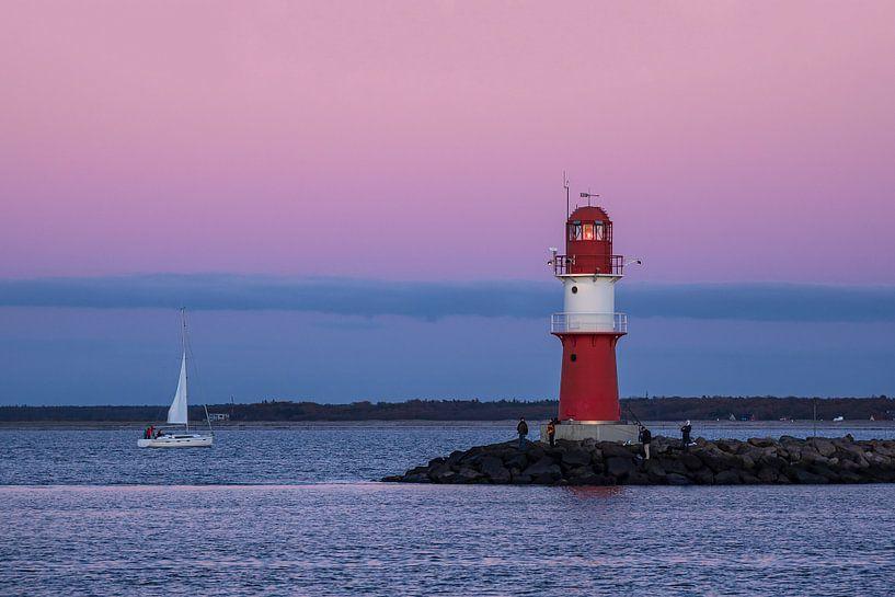 Mole und Segelschiff an der Küste der Ostsee in Warnemünde von Rico Ködder