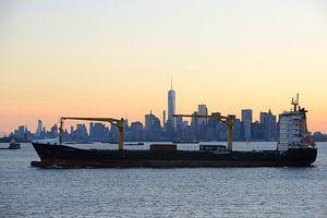 Manhattan Skyline in New York met een passerend schip