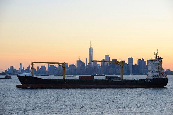 Manhattan Skyline in New York met een passerend schip van Merijn van der Vliet