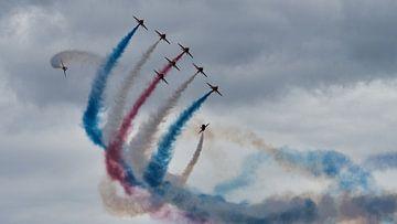 RAF Red Arrows Demonstrationsteam in der Korkenzieherformation von Ed Steenhoek