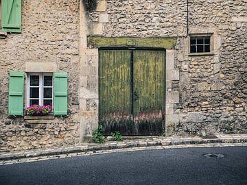 Altes Tor und Fensterrahmen entlang einer abschüssigen Straße von Art By Dominic