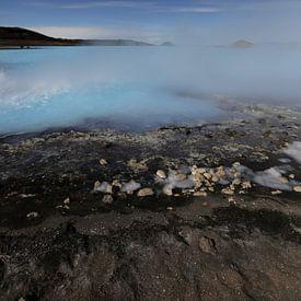 Blauw water, blauwe lucht, zwart zand in IJsland van Fleur Halkema