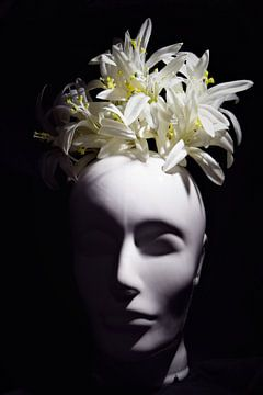 Artistiek hoofd met bloemen van Maud De Vries