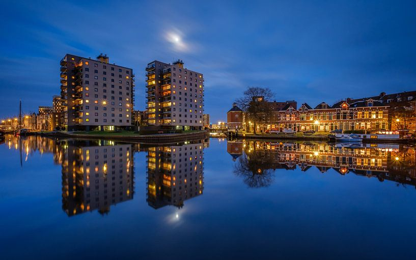 Volle maan boven de Groningen Oosterhaven van Koos de Wit