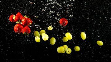 Verschillende fruitsoorten zweven in het water van Fotografiecor .nl