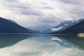 Weerspiegeling van bergen met sneeuw in Moose Lake, Canada van Remco Phillipson