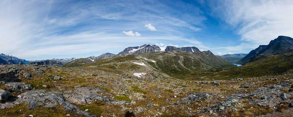 Groot panorama op de Besseggen bergkam met  de bergpas in NP Jotunheimen, Noorwegen van Martin Stevens