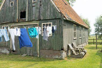 Buiten de was ophangen van Willem Visser