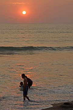 Zonsondergang Bali 3 van Annemie Lauvenberg