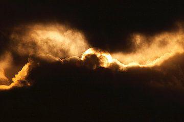 Abstrakte Natur--Sonne in den Wolken-01 von Katja Goede
