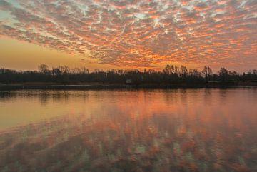 Sonnenaufgang mit Schafwolken über See von Mike Maes