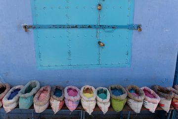 Buntes Pulver auf einem blauen Medina-Markt in Chefchaouen, Marokko in Afrika. von Tjeerd Kruse