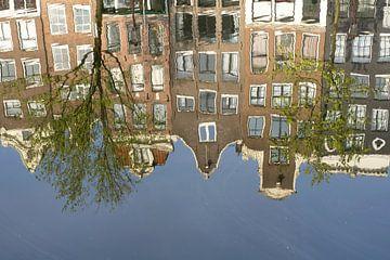 Grachtenpanden weerspiegelen in het water van Barbara Brolsma
