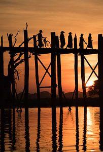 Zonsondergang bij de U-Bein Brug in Myanmar van Francisca Snel