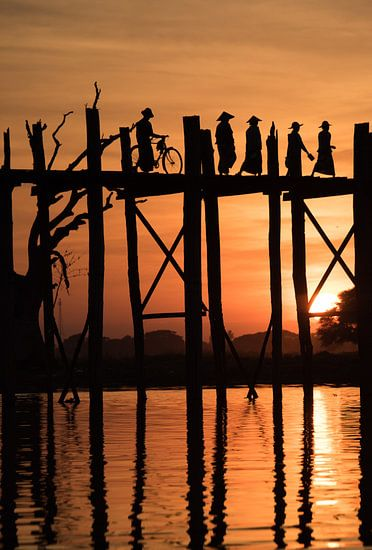 Zonsondergang bij de U-Bein Brug in Myanmar van Francisca Snel (Cissees)