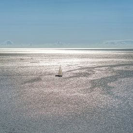 Zeilbootje op de oceaan in het tegenlicht van de zon . van Harrie Muis