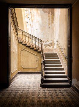 Verlassene Treppe im dunklen Raum.