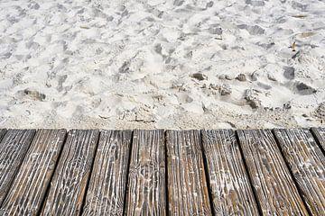Fußweg aus Holzbohlen am Sandstrand