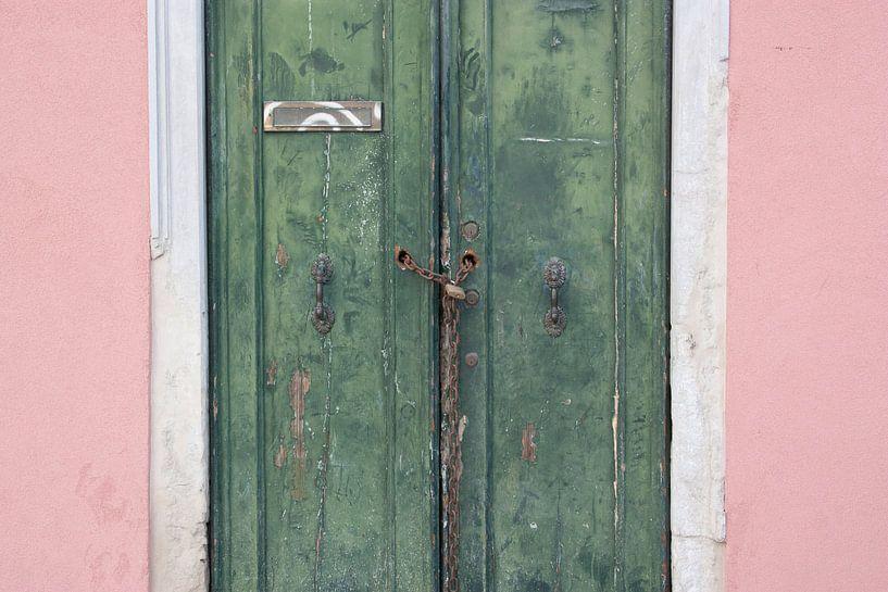 Groene deuren en een roze muur in Venetië  van Danielle Roeleveld