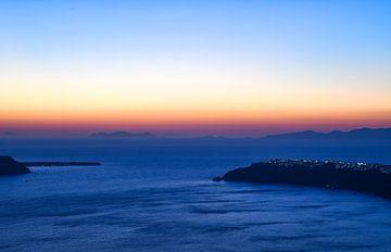 Zonsondergang boven Oia op Santorini van Robert Styppa
