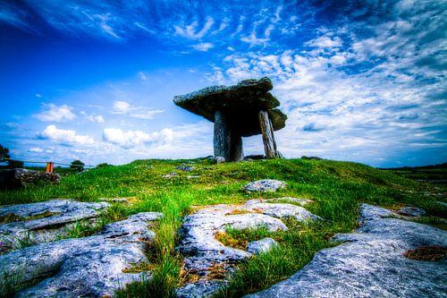 Poulnabrone Dolmen, The Burren, Ireland van Colin van der Bel