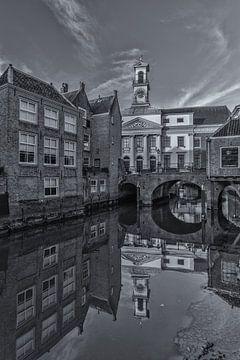 Stadhuis van Dordrecht op een zonnige middag - zwart-wit van Tux Photography