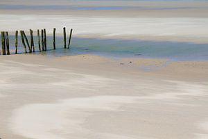 Stranddetail met kleurschakeringen door wind en water
