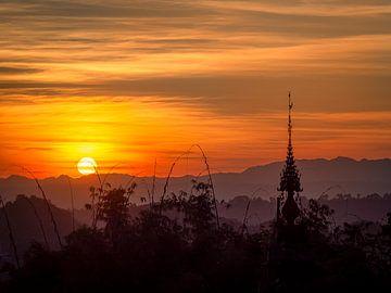 Myanmar - Kalaw - Zonsondergang boven een boeddhistische tempel van Rik Pijnenburg