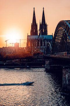 Keulen Zonsondergang bij de Dom van Keulen rechtopstaand van Michael Bartsch