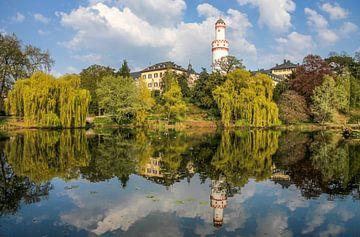 Kasteelpark van Bad Homburg met witte toren van Christian Müringer