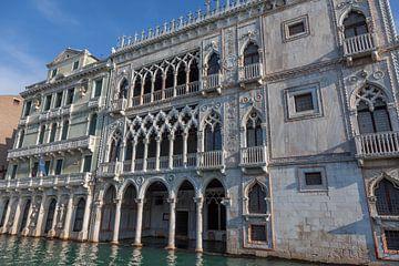 Oude panden aan kanaal in oude centrum van Venetie, Italie van Joost Adriaanse