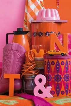 Stilleben mit Retro- und Vintage-Material in Orange und Pink. von Therese Brals