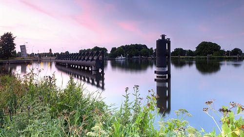 Richting Nieuwe Oostersluis Groningen tijdens zonsondergang