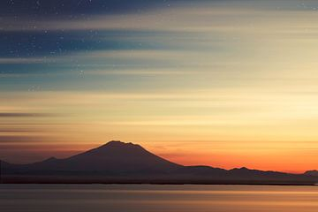 Vulkaan Gunung Agung - Bali in het ochtendlicht van Dirk Wüstenhagen