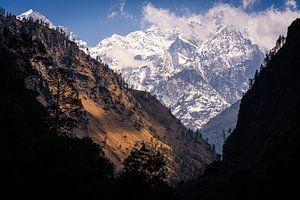 Uitzicht in de bergen van de Himalaya Nepal van Jeroen Cox