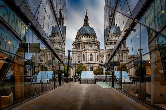 Londen: St. Paul's Kathedraal weerspiegeling in etalages