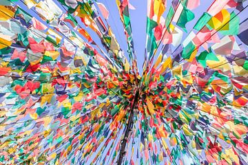 Lijnen met kleurrijke vlaggen als decoratie voor feest in Portugal van Ben Schonewille