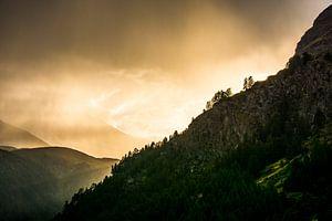 Bergflank bij zonsondergang in Zermatt van