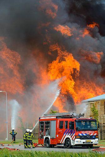 Brandweerauto bij een brand
