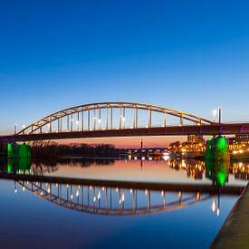 De Arnhemse John Frostbrug 's avonds boven een vlakke Rijn van Arjan Almekinders