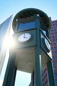 Klok aan de Potsdamer Platz in Berlijn van Heiko Kueverling