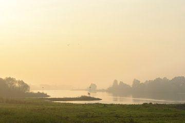 Sonnenaufgang über dem Fluss IJssel während eines schönen Herbstmorgens von Sjoerd van der Wal